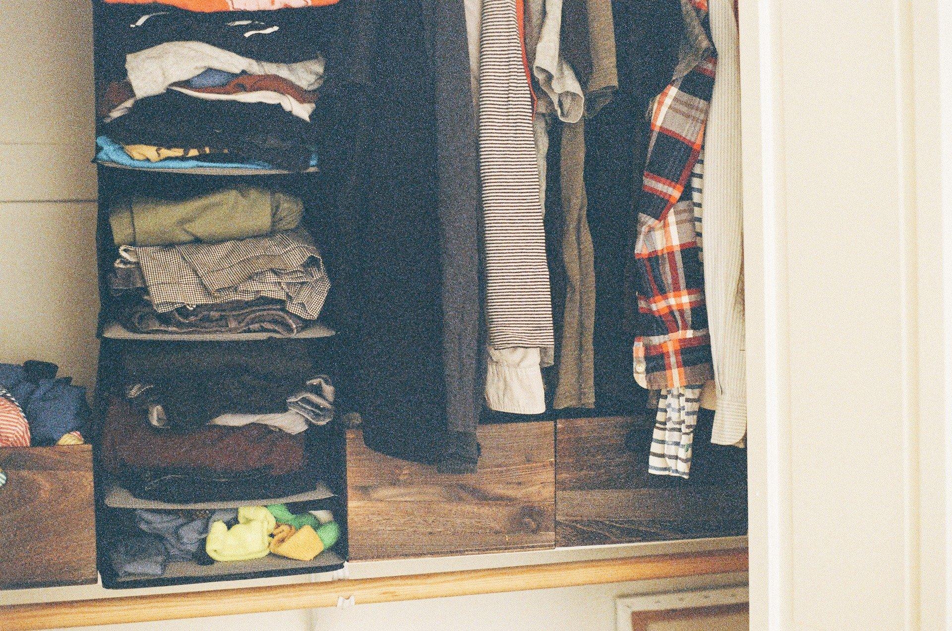 Porządki w szafie – dekoracyjne wieszaki na ubrania