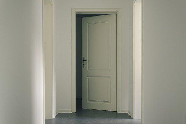 Malowanie drzwi drewnianych krok po kroku